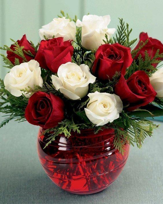 Букет от червени и бели рози
