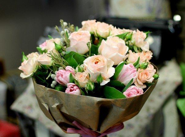 Букет от 7 рози цвят екрю,5 спрей рози цвят екрю, 7 розови лалета, зеленина