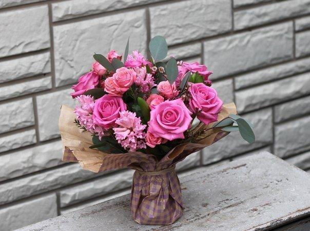 Букет от рози, зюмбюл и евкалипт
