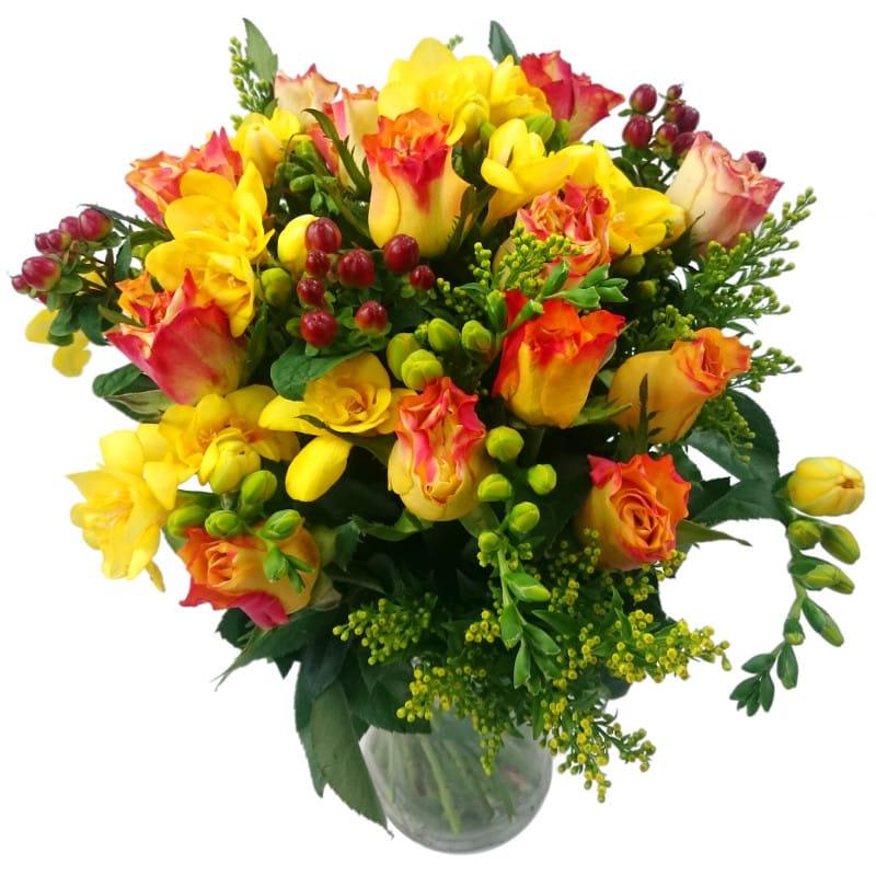 Букет от 9 рози 8 фрезии хиперикум и солидаго