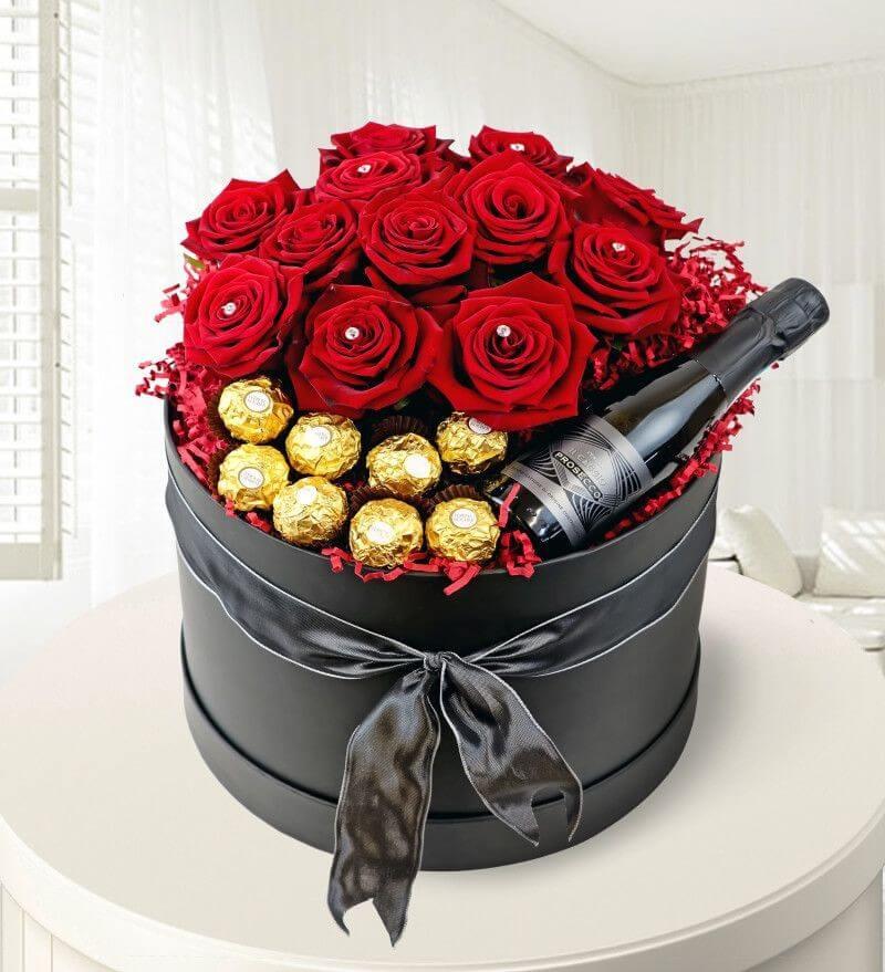 Червени рози с бонбони Фереро Роше и пенливо вино Просеко