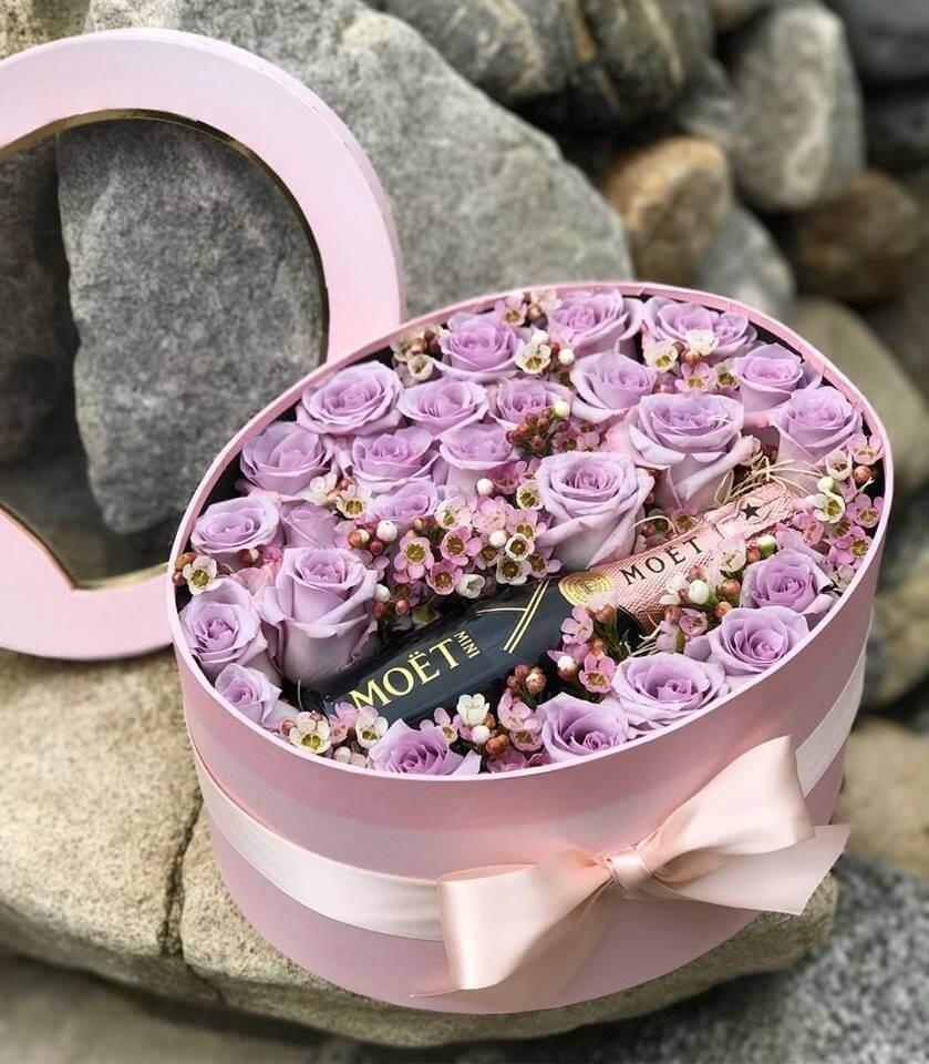 Лилави рози с хамалицио и шампанско Moet в кутия