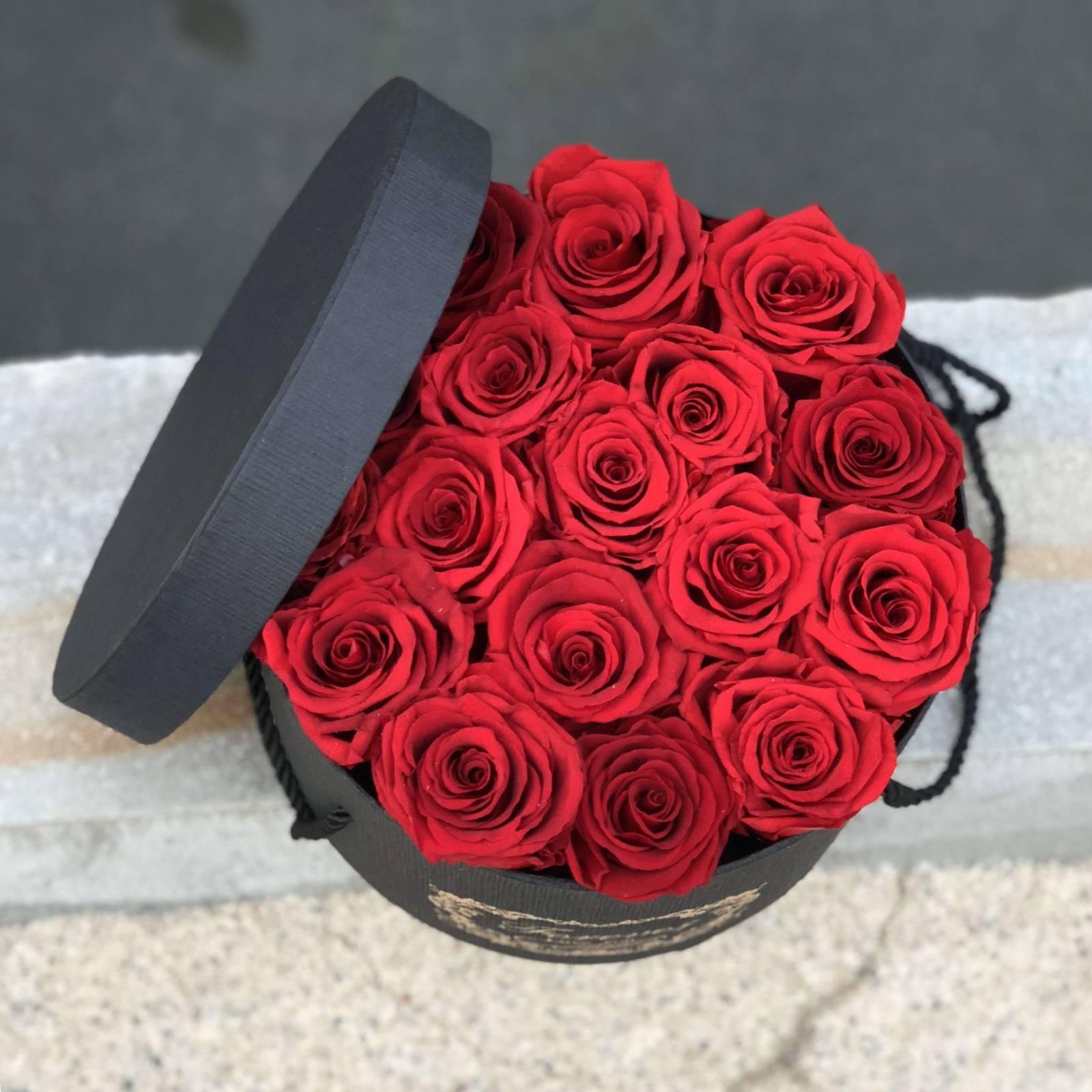 19 червени рози в елегантна кутия